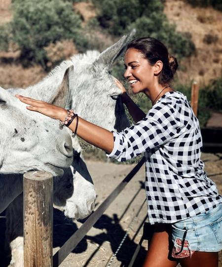 Lara Álvarez pasa de la isla (de 'Supervivientes') a la granja de los 'Pinypon' en su faceta de animal lover
