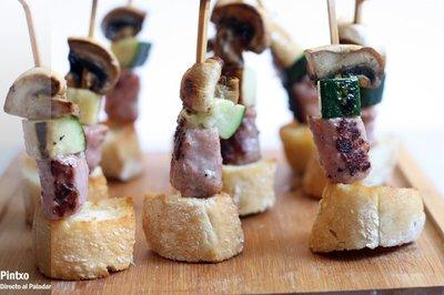 Pincho improvisado de champiñón, calabacín y salchicha