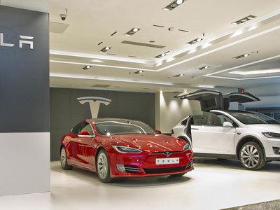 No, El Corte Inglés no te vende coches de Tesla, solo acoge una pop-up store