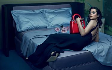 En la cama con Marion Cotillard por cortesía de Lady Dior