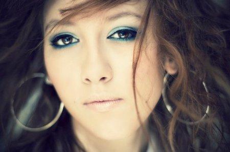 Maquíllate los ojos en colores azules