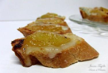 Tostas de gorgonzola con peras en salsa de miel y vino. Receta