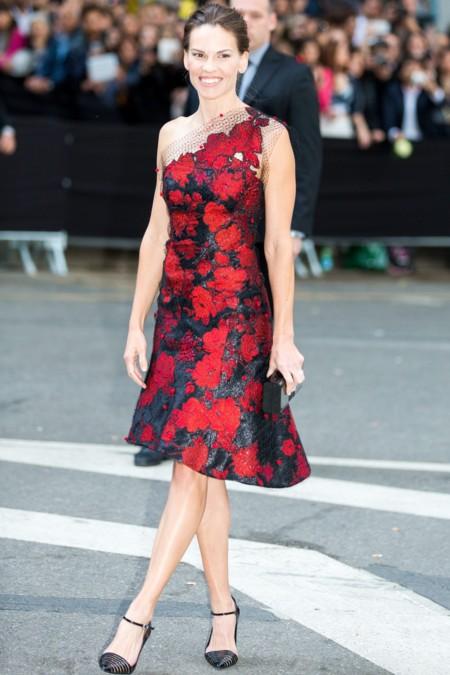 Combinar vestido negro con flores rojas