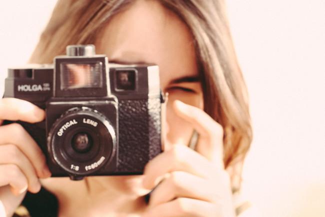Chica fotografiando con una cámara Holga