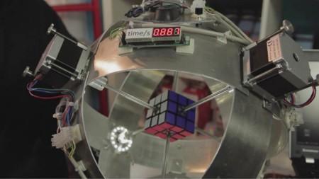 Este es el primer robot que puede resolver un cubo de Rubik en menos de un segundo