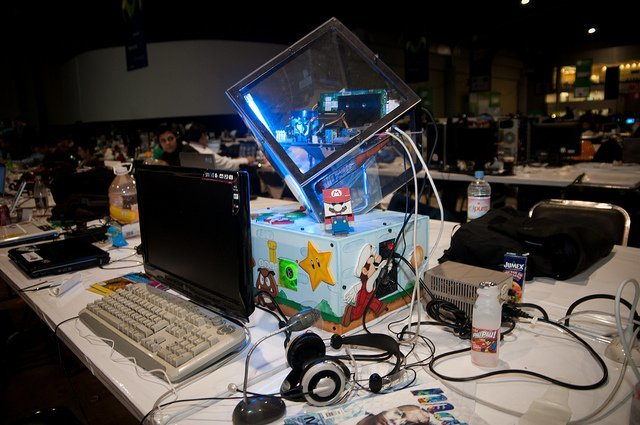 Imagen de un ordenador con moding de Campus Party