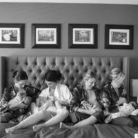 Unas fotos de boda que nos encantan: novia y amigas amamantando a sus bebés