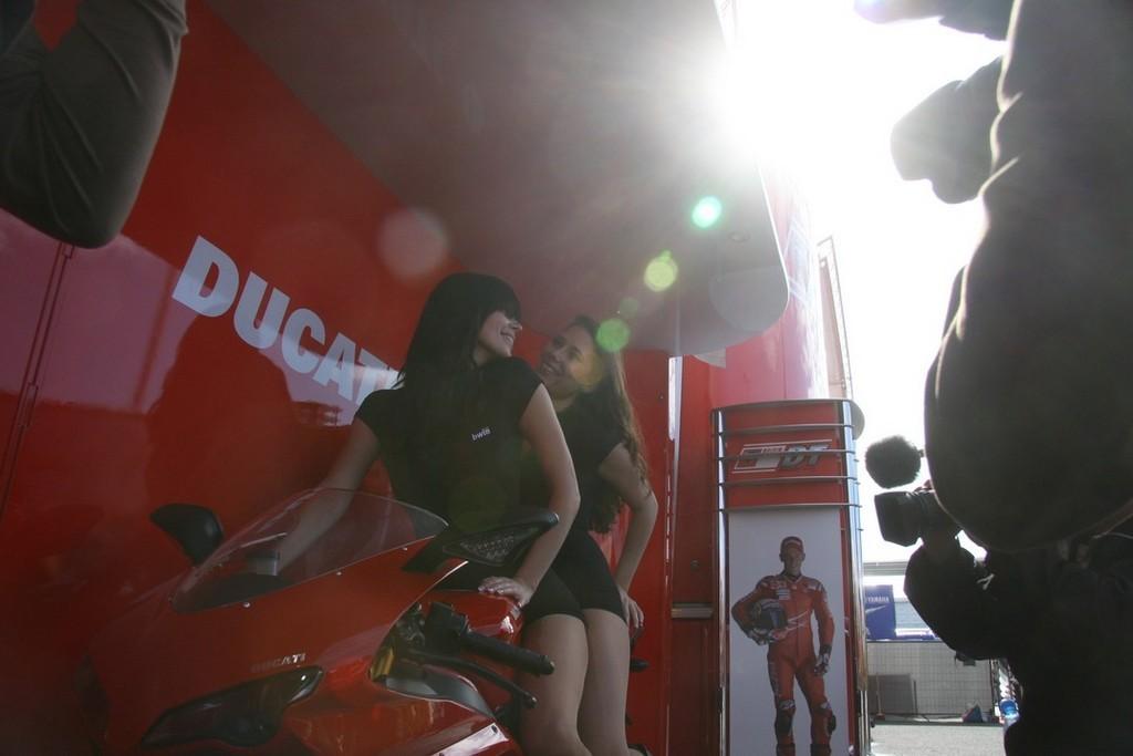 Foto de Las pit babes de Estoril en una Ducati 1098 (9/35)