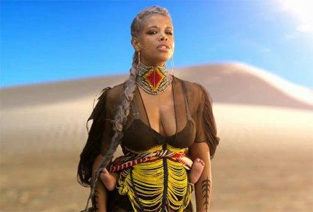 La cantante Kelis muestra a su bebé en un portabebés en su último videoclip