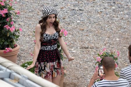 A la espera que Netflix estrene la segunda temporada de Emily in Paris, el rodaje nos deja con dos de sus looks más locos