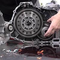Un youtuber desmonta un motor de Tesla Model S para que lo veamos... y nos deja a medias, sin enseñar el motor en el vídeo