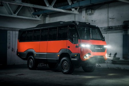 Se llama Torsus Praetorian y es un auténtico todoterreno... en formato autobús y con 35 plazas