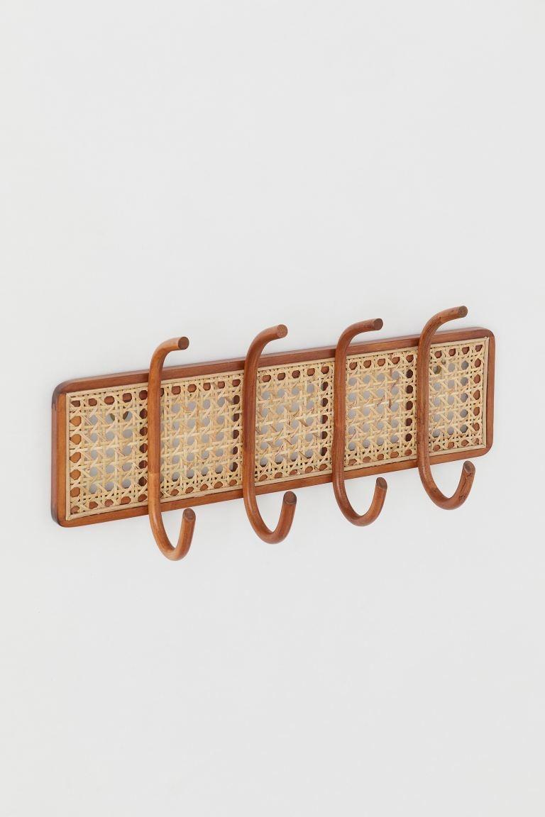 Colgador de ratán con marco y cuatro ganchos de madera. Dos orificios para colgarlo.  Ancho 1,1 cm. Alto ganchos incluidos 20 cm. Largo 44 cm.