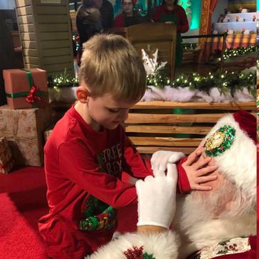 La preciosa y mágica experiencia que regaló Papá Noel a un niño con ceguera y autismo