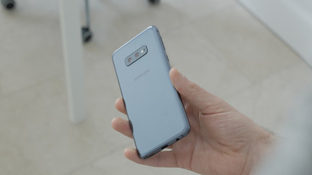 Samsung Galaxy S10e Review Trasera En Mano