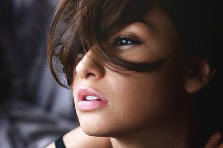 Un rostro femenino cosméticamente correcto
