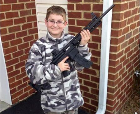 El padre de este niño es instructor de armas, así que el pequeño '¿no corre riesgo por tener en las manos un rifle?'