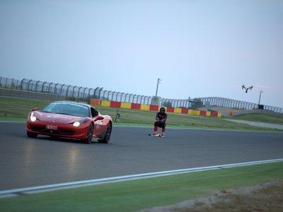 ¡Alucinante! Este es el vídeo del récord de velocidad en esquís sobre asfalto... enganchado a un Ferrari