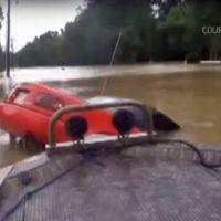 Angustioso rescate a los ocupantes de un Mazda MX-5, en las inundaciones de Baton Rouge