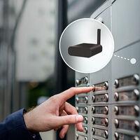 Este dispositivo de Nuki se esconde detrás del portero electrónico para controlar la entrada al bloque desde el móvil
