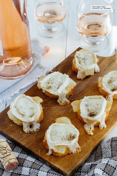 Canapés de peras caramelizadas y queso de cabra. Receta de picoteo fácil