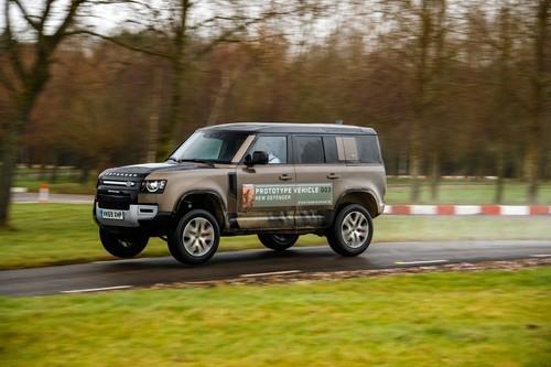 Ya hemos montado en el Land Rover Defender: un coche igual de todoterreno que salta cualitativamente sobre la carretera