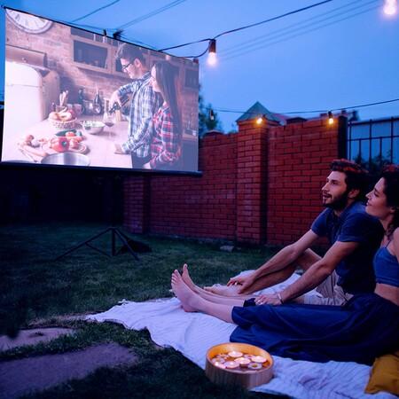 Nueve proyectores de corto alcance para aprovechar la terraza y convertirla en cine