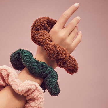 Los coleteros de borreguito reclaman su sitio en nuestros peinados este invierno: cinco opciones para sumar a nuestro pelo