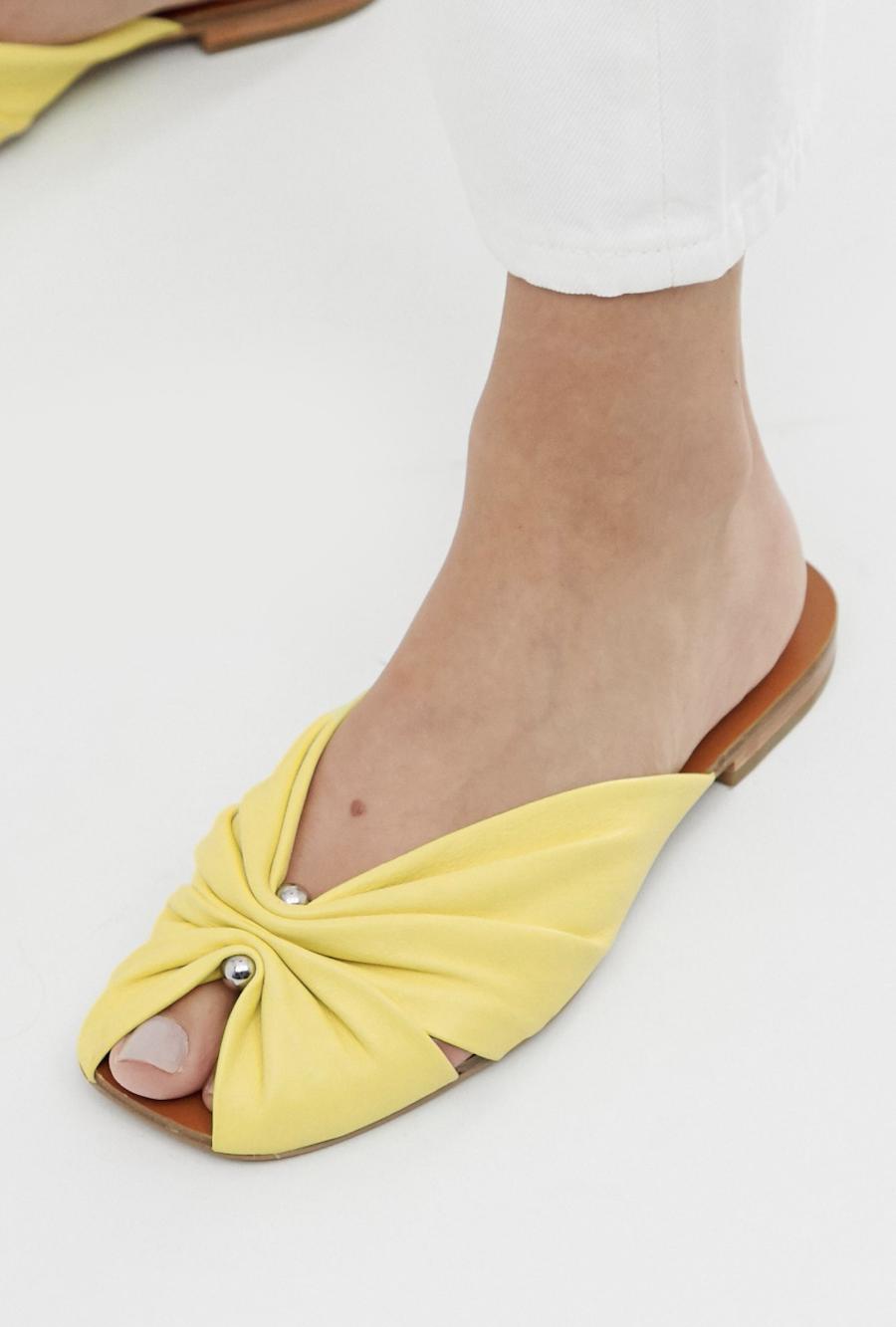 Sandalias en amarillo claro de cuero con puntera cuadrada y diseño recogido de & Other Stories