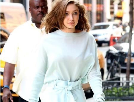 El total look en azul cielo que nos recuerda que Gigi Hadid es un auténtico ángel