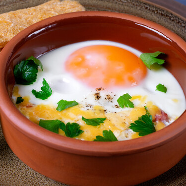 Huevos al plato, una elaboración ideal para la cena: técnica básica y cinco recetas para cocinar en casa