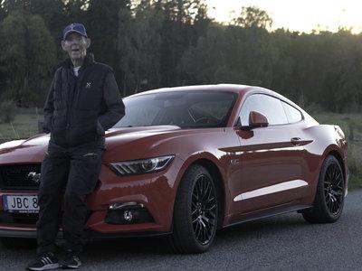 Lennart Ribring es fan de su Ford Mustang GT, lo conduce por Suecia y tiene... ¡97 años!