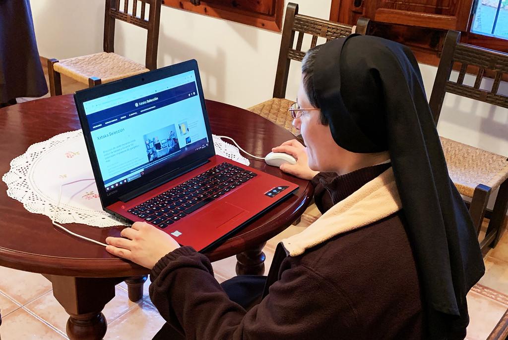 Vivir en un convento en 2019: 5.000 fans en Facebook, hostias online y una plegaria a las telecos,