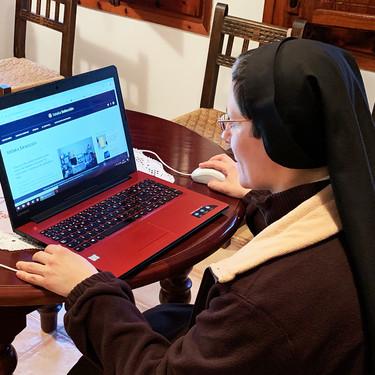"""Vivir en un convento en 2019: 5.000 fans en Facebook, hostias online y una plegaria a las telecos, """"que alguien nos ponga fibra"""""""