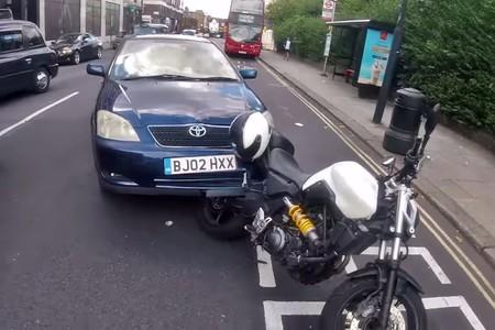 ¿Eso es un Corolla con hambre? No, son un coche y una moto con dos imbéciles a los mandos