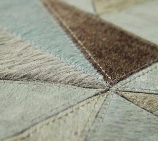Alfombra de piel con diseño geométrico