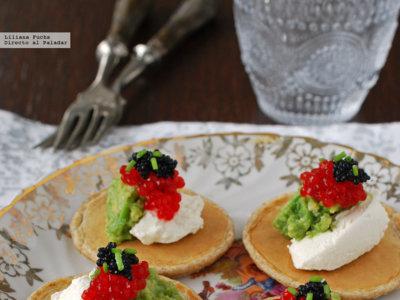 Aperitivo de blinis con aguacate, queso y huevas. Receta de Navidad