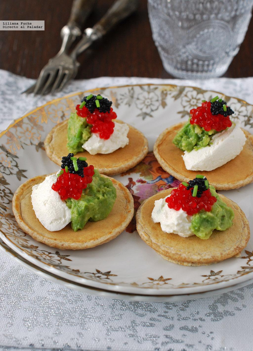 Aperitivo de blinis con aguacate queso y huevas receta for Platos para aperitivos
