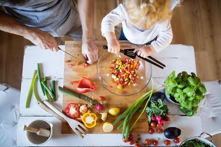 Nino Preparando Alimentos Con Papa