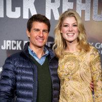 Premiere de Jack Reacher con un atractivo Tom Cruise y una dorada burbuja Rosamund Pike