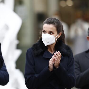La reina Letizia apuesta por un look todoterreno para hacer frente al frío con abrigo negro y zapato bajo