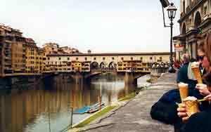 Una turista daña una pintura en la Galeria Uffizi