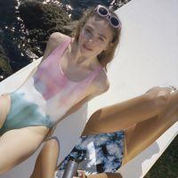 El tie-dye llega también a la moda baño con una colección de Pull & Bear que nos tiene locas