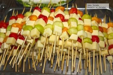 Receta: Brochetas de frutas al vodka con quesos