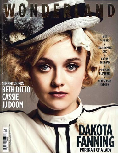 Dakota Fanning, très chic en Wonderland