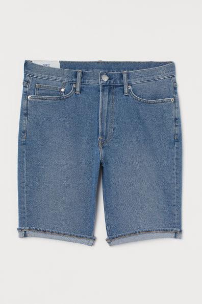 Vaquero corto de cinco bolsillos en denim elástico lavado. Modelo con cintura estándar, cierre de cremallera con botón y perneras ajustadas con bajo vuelto cosido que terminan justo por encima de la rodilla.
