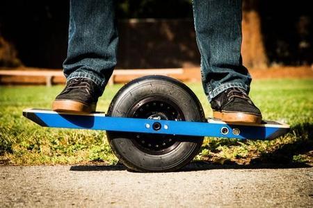 Onewheel, un monopatín eléctrico, con una única gran rueda, auto-estabilizado