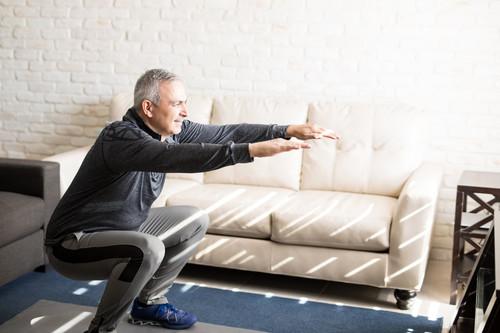 Qué ejercicios pueden hacer los adultos mayores dentro de casa para mantenerse activos durante la cuarentena
