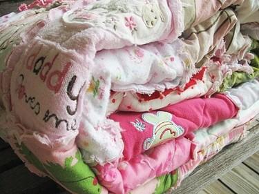 Una buena idea: una colcha hecha con ropa del bebé