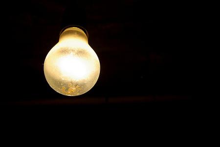 Según industria, la luz baja un 2% pero para los consumidores subirá un 1%